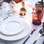 海外陶器ブランドの食器を使った食卓の画像