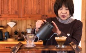 03コーヒーを淹れる岡さん
