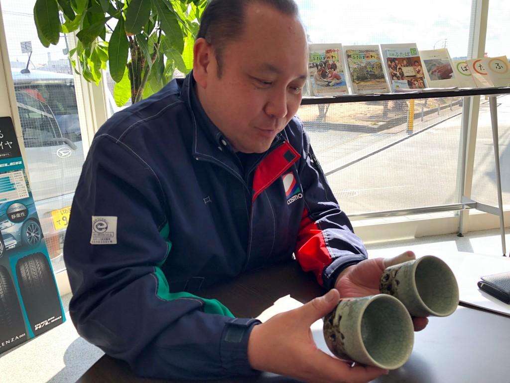 05湯呑を持つ吉田さん