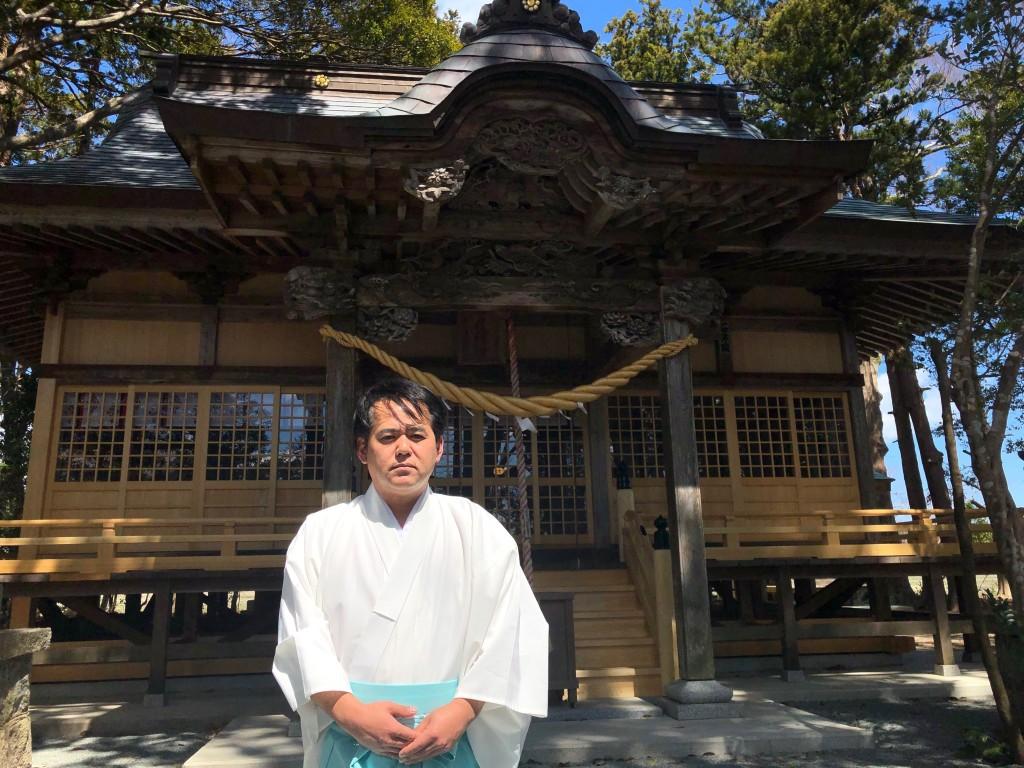 田村さん、社殿の前で