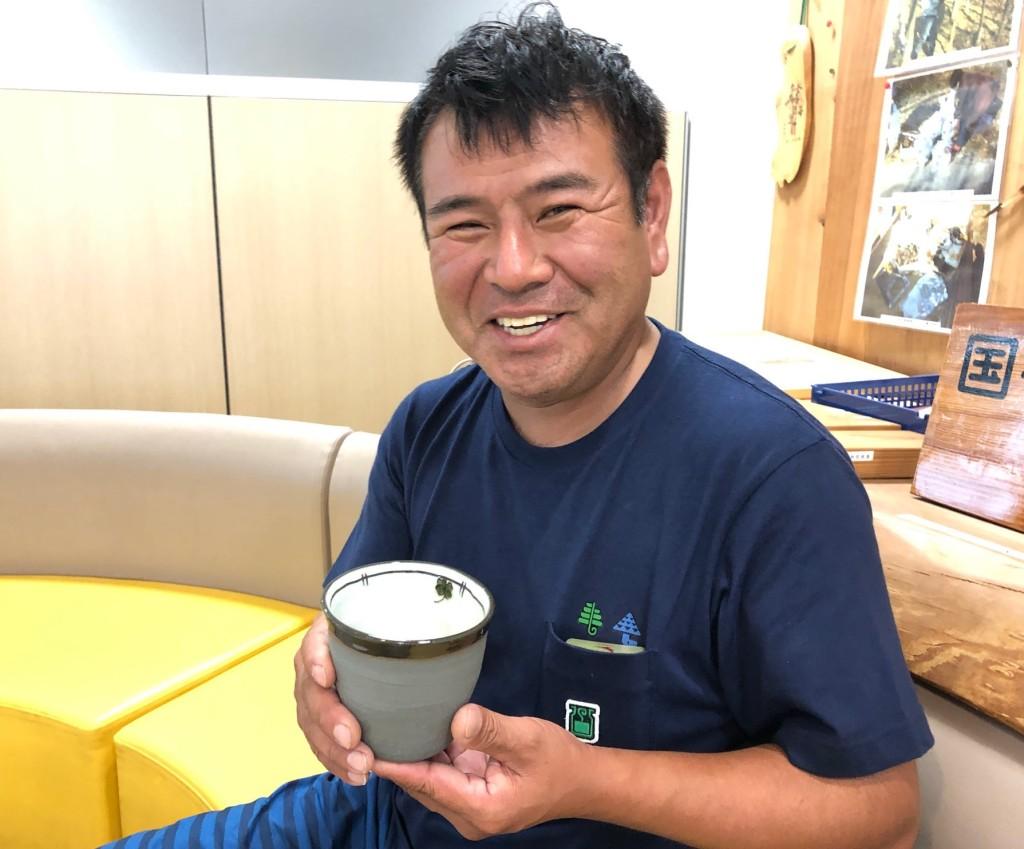 4カップを持つ村澤さん