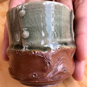 ▲大堀相馬焼の伝統技法のひとつ、「菊押し」(下の茶色の部分の模様)